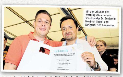 Mit der Urkunde des Wertungsmusizierens: Vorsitzender Dr. Benjamin Heidrich (links) und Dirigent Erich Kammerer.