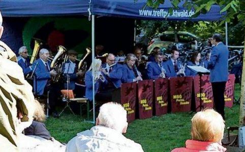 """Die """"Neuen Fuhsetaler"""" gaben ein Konzert vor einem großen Publikum am Tadensenhaus."""