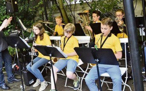Die neunte Bläserklasse gab im Garten der Gaststätte Moorkrug in Wendesse ihr Abschlusskonzert. Quelle: im
